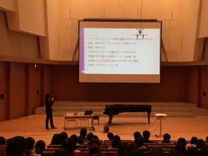 卒業生・藤原新治さん 東邦音楽大学「東邦スタンダード」の授業において、卒業生を招いての講演会を行いました。